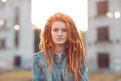 Młoda dziewczyna z dreadlocks outdoors Zdjęcia Stock