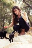 Młoda dziewczyna z kotów outdoots Fotografia Royalty Free