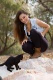 Młoda dziewczyna z kotów outdoots Obrazy Royalty Free