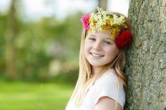 Młoda dziewczyna z kwiecistego wianku plenerowy ono uśmiecha się Zdjęcie Royalty Free