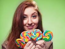 Młoda dziewczyna z lizakiem na zieleni Obraz Stock