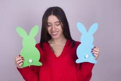 Młoda dziewczyna z papierowymi królikami Zdjęcia Stock