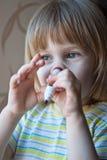 Młoda dziewczyna z porady piórem Fotografia Stock