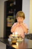 Młoda dziewczyna z urodzinowym tortem Fotografia Royalty Free