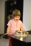 Młoda dziewczyna z urodzinowym tortem Fotografia Stock