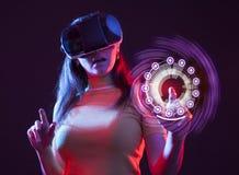 M?oda dziewczyna z VR gogle na g?owie zdjęcia stock