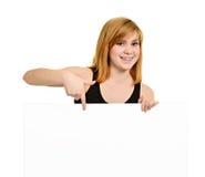 Młoda dziewczyna z wspornikami i billboardem Zdjęcie Stock