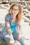 Młoda elegancka dziewczyna z dreadlocks Fotografia Royalty Free