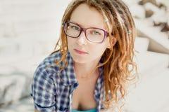 Młoda elegancka dziewczyna z dreadlocks outdoors Zdjęcie Royalty Free