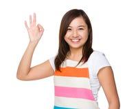 Młoda gospodyni domowa z ok znaka gestem Zdjęcie Royalty Free