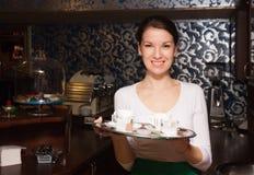 Młoda kelnerka i kawa Zdjęcie Royalty Free