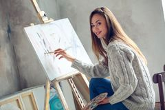 Młoda kobieta artysta maluje w domu kreatywnie obrazu obrazek Zdjęcie Stock