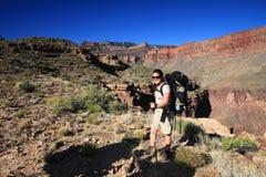 Młoda kobieta backpacking w Uroczystym jarze fotografia royalty free