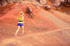 Młoda kobieta bieg w góry lata zmierzchu Zdjęcie Stock