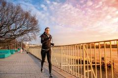 Młoda kobieta bieg w zmierzchu Obraz Stock