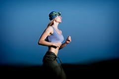 Młoda kobieta bieg w zmroku Obrazy Royalty Free
