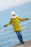 Młoda kobieta blisko morza w zimie Obraz Stock
