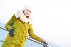 Młoda kobieta blisko morza w zimie Obrazy Royalty Free
