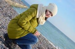 Młoda kobieta blisko morza w zimie Obraz Royalty Free