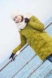 Młoda kobieta blisko morza w zimie Zdjęcia Royalty Free