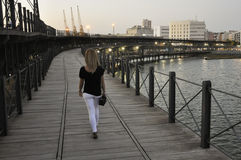 Młoda kobieta chodzi nad Riotinto quay w Huelva, Hiszpania Zdjęcie Royalty Free