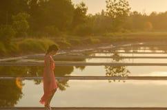 Młoda kobieta chodzi samotnie Obraz Royalty Free