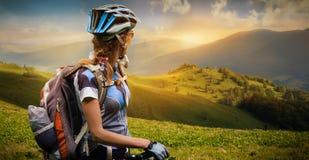 Młoda kobieta cyklista Obraz Stock
