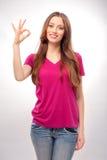 Młoda kobieta gestykuluje OK szyldowego Fotografia Royalty Free