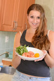 Młoda kobieta gotuje dennego jedzenie. Fotografia Stock