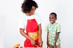 Młoda kobieta i jej dziecko gotuje wpólnie Obraz Stock