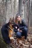 Młoda kobieta i pies Zdjęcia Royalty Free
