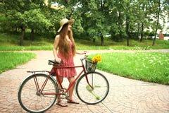 Młoda kobieta i rower Zdjęcia Royalty Free
