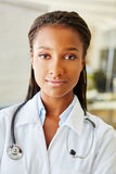 Młoda kobieta jak lekarka z stetoskopem Zdjęcie Royalty Free