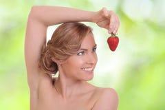 Młoda kobieta je czerwonej jagody Zdjęcie Royalty Free