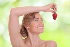 Młoda kobieta je czerwonej jagody Obrazy Stock