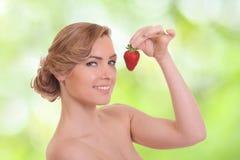 Młoda kobieta je czerwonej jagody Obraz Royalty Free