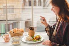 Młoda kobieta je tradycyjnego Cappadocia jedzenie od smakowitego kebabu Zdjęcia Royalty Free