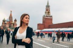 Młoda kobieta jest na Czerwonym Squere obrazy royalty free