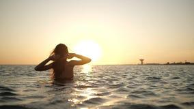 Młoda kobieta jest na morzu zdjęcie wideo