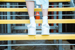 Młoda kobieta jest ubranym buty Obraz Royalty Free