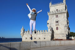 Młoda kobieta joyfully skacze Fotografia Stock