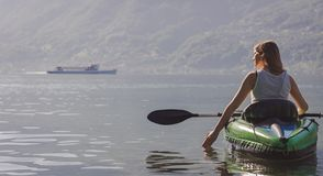M?oda kobieta kayaking na jeziorze obrazy stock
