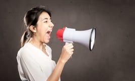Młoda kobieta krzyczy z megafonem Zdjęcia Royalty Free