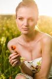 Młoda Kobieta maczka pole przy zmierzchem Zdjęcie Stock