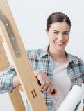 Młoda kobieta maluje jej dom Obrazy Stock