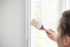 Młoda Kobieta Maluje jej okno obraz stock