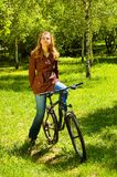 Młoda kobieta na bicyklu w wiosna lesie obrazy royalty free