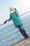 Młoda kobieta na dennym tle Zdjęcia Royalty Free