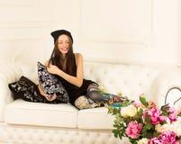 Młoda kobieta na kanapie Obraz Stock