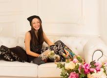 Młoda kobieta na kanapie Fotografia Stock